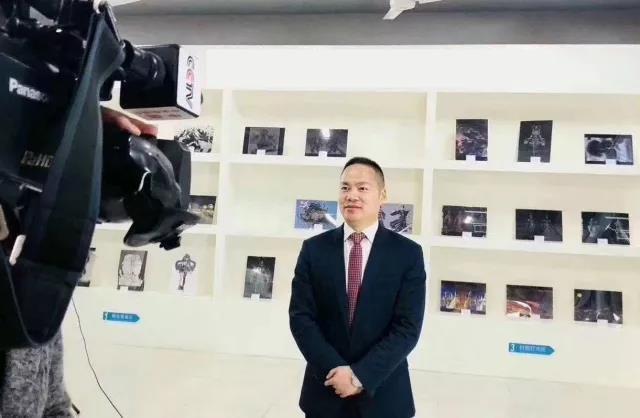 新华教育集团常务副总裁许绍兵在接受央视记者采访